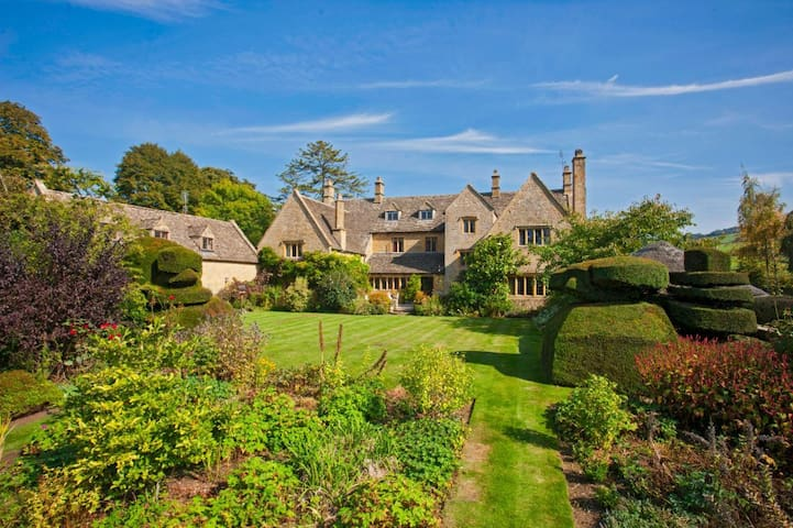 Pye Corner House, Cotswold Mansion w/ outdoor pool