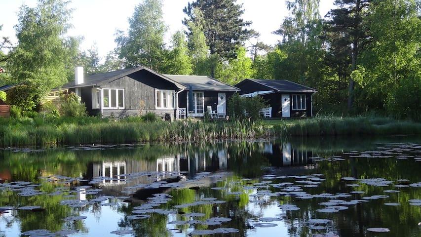 Fredfyldt sted med sø - nær strand - Fårevejle - Houten huisje