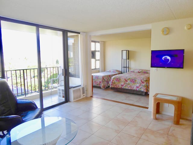 Awesome Waikiki Banyan Condo 1 block to Beach
