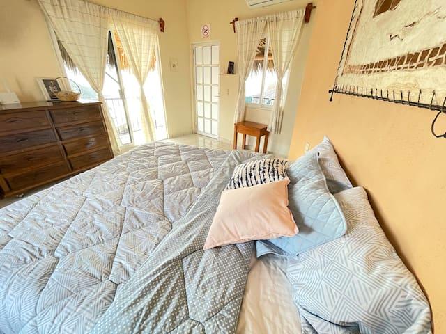 El bungalow está equipado con una cama King Size, en donde tendrás el espacio suficiente para descansar como te mereces.