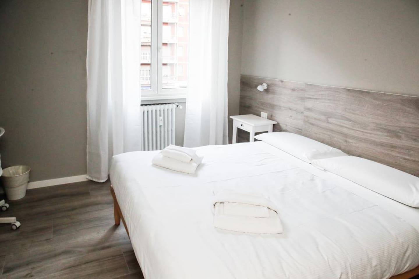 Bedroom: king size bed, intern details,   wardrobe, smart TV. Camera da letto: letto matrimoniale, dettagli interni, guardaroba, smart TV.