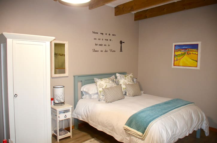 Flower Cottage with Queen bed - All open plan.