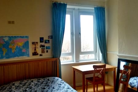 Lovely room close to Centre (4 min on train) - 格拉斯哥