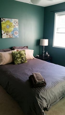 Cozy Teal Room in a Loving Home - Ottawa - Huis