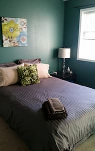Cozy Teal Room in a Loving Home - Ottawa - Ház