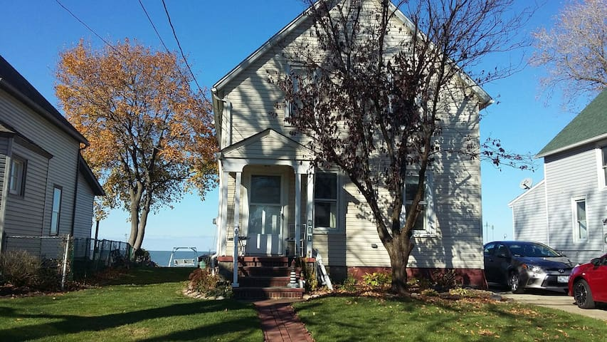 Charming Lake Erie Lakefront home - Lorain - Hus