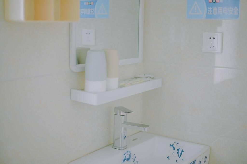 干净整洁的卫生间,洗漱用品一应俱全