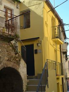 """""""CASA NONNA TOTA"""" graziosa Casa storica del '600 !"""