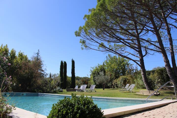 Les Cyprès: gîte provençal à Roussillon, calme