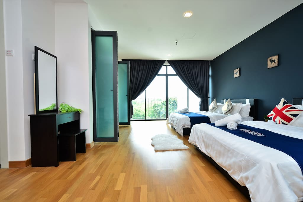 Large Master bedroom with bath tub  主人房