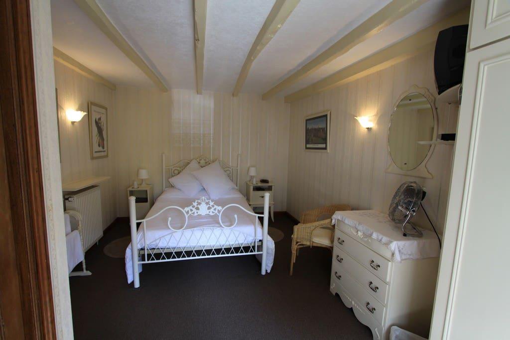 les glycines b b the cream room chambres d 39 h tes louer huelgoat bretagne france. Black Bedroom Furniture Sets. Home Design Ideas