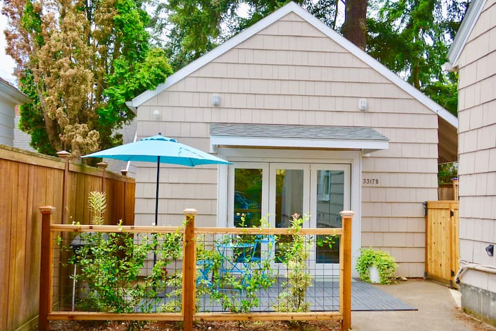 Adorable Backyard Cottage.  Near Beaumont Village