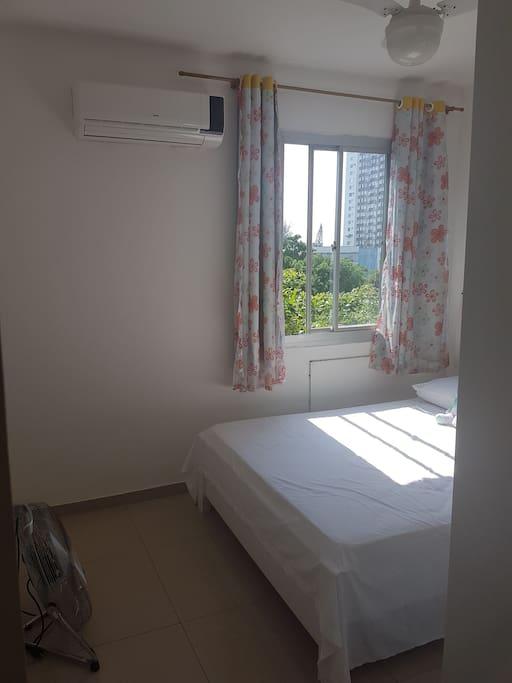 janela com blackout, ar condicionado e cama de casal