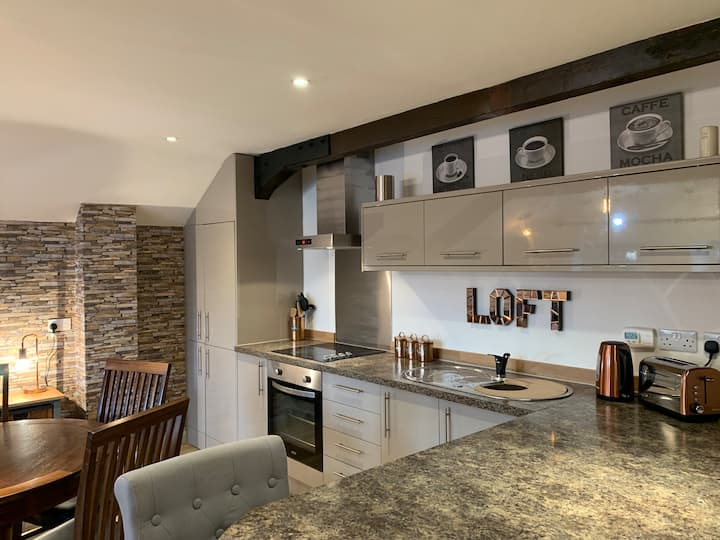 The Loft- Industrial style flat central Windermere