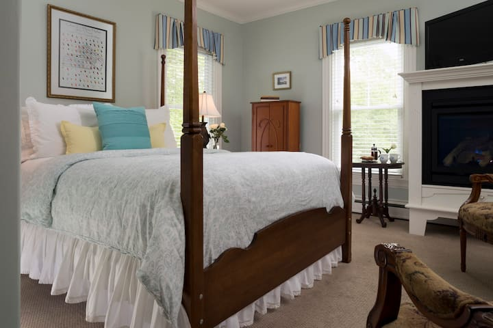 Delicious Breakfast, Craft Beer on Tap & Luxury Room: Brewster House B&B