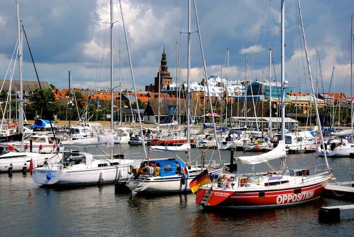 Mysigt boende i segelbåt Ystad hamn