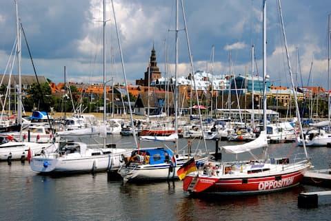 Enkelt boende i äldre segelbåt i hamnen
