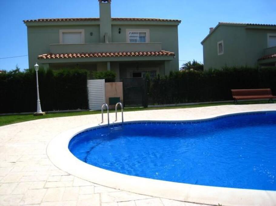 jardín comunitario y piscina