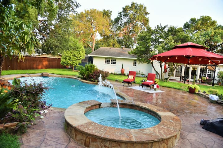 Dallas private Oasis great location w/Pool&HotTub.