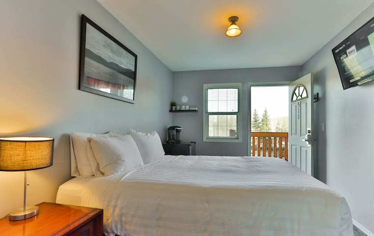 Private Suite on Riverside: Queen Bed