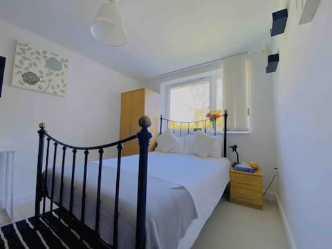 Double Room 9mins to Gatwick with EnSuite Bathroom