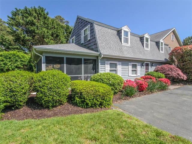 B325J: Walk to Bethany Beach from this updated 3BR end townhome!