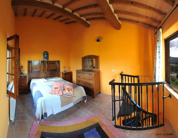 "Idyllic Tuscan Retreat - 2 bedroom apt ""Paint""."