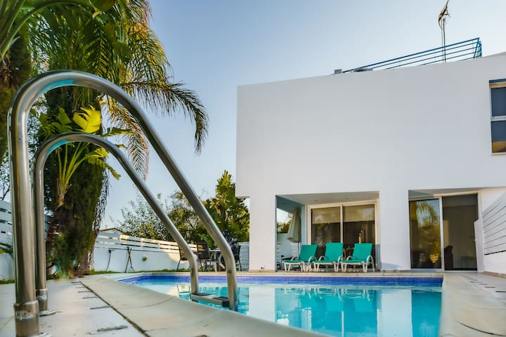 Luxury 3BR Villa w/Swim.Pool☆Walk to Konnos Beach☆
