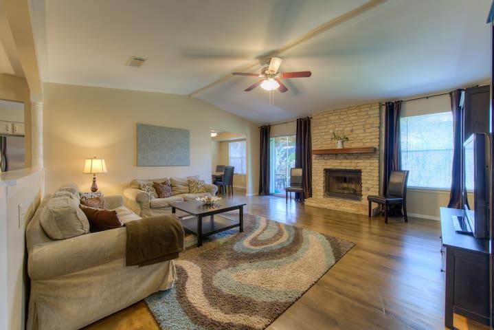 North Austin Home near CP & RR - Austin - Huis