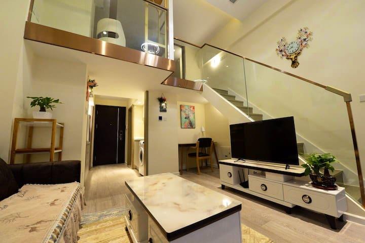 新光大中心,精致loft复式公寓。让您宾至如归的感觉。临6号线地铁近万达、南锣鼓巷,天安门、罗斯福