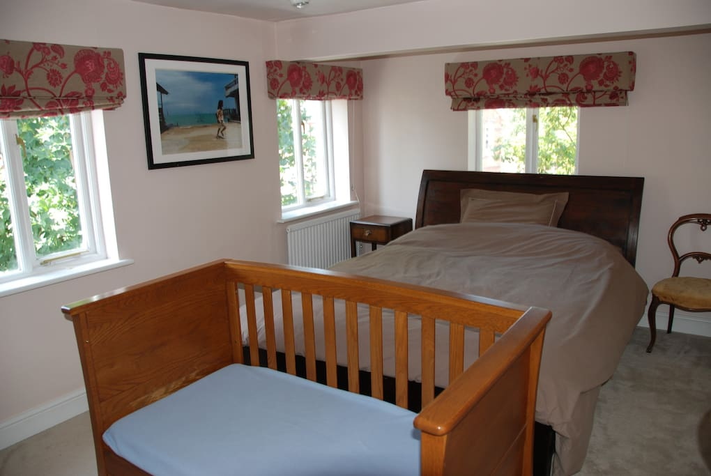 Super king-size double bedroom (with cot bed)