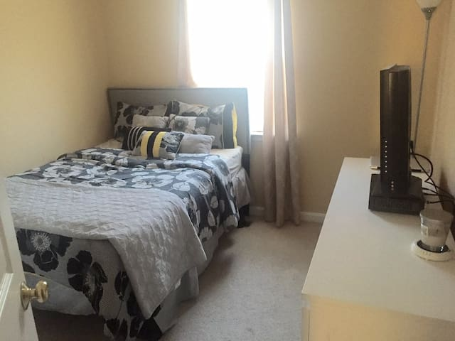 Private Bedroom in DC Metro Area Townhome - Oxon Hill