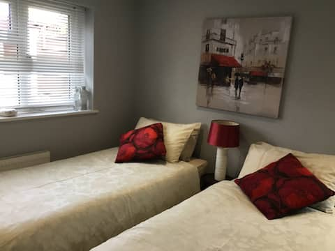 Lovely en-suite bedroom with private entrance.