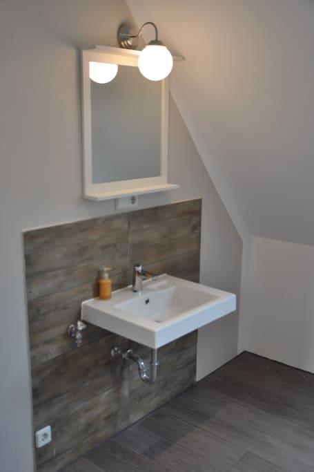 Bad mit Fenster: Dusche, Waschbecken, WC
