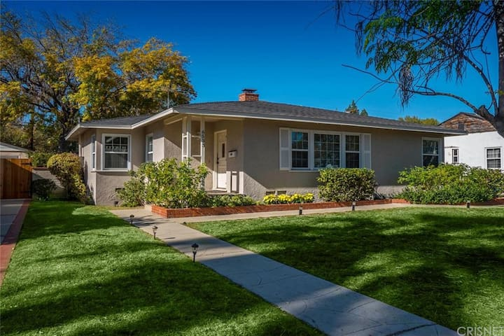 Sweet and lovely 3bdrm home!  Close to Universal