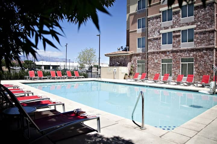 Vacation Deal! Four Cozy Units, Restaurant, Pool