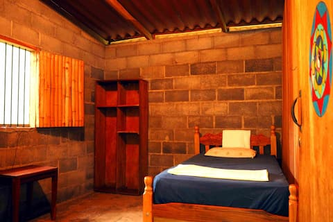 Madroñal Single Room_WIFI, shared kitchen & bthrom