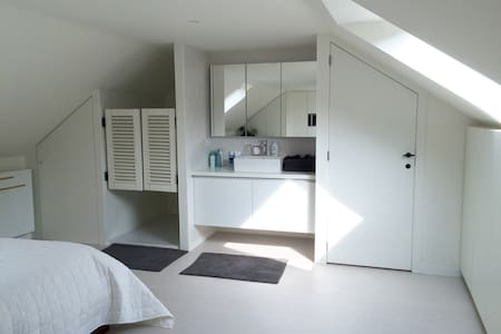 Beautiful room with private bathroom in citycenter - Gent - House