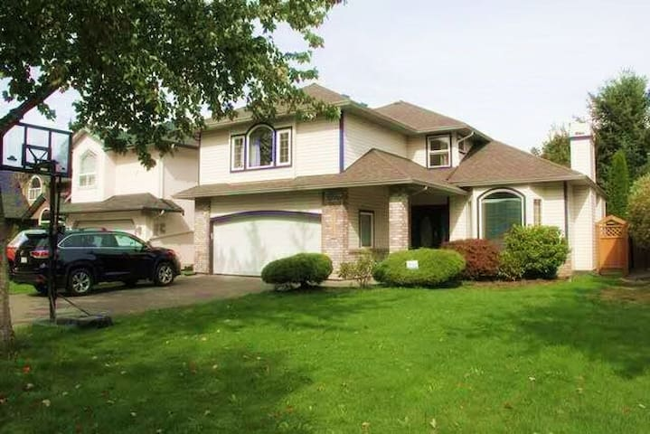 Beautiful House in Great Community - Langley - Casa