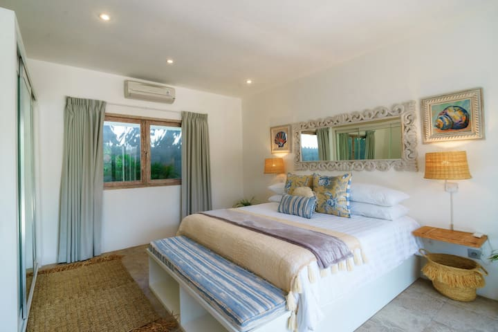 Secluded bedroom with you comfy queen size bed. At night you'll sleep like a baby.