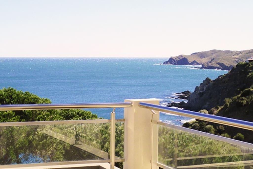 Vue depuis la terrasse sur la côte rocheuse. La mer s'étend à vos pieds sur 180°
