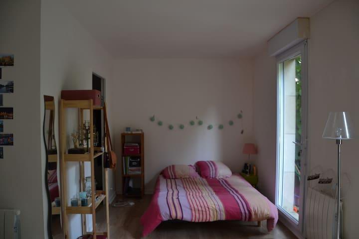 Grande chambre avec salle de bain sur jardin - Châtillon - Wohnung