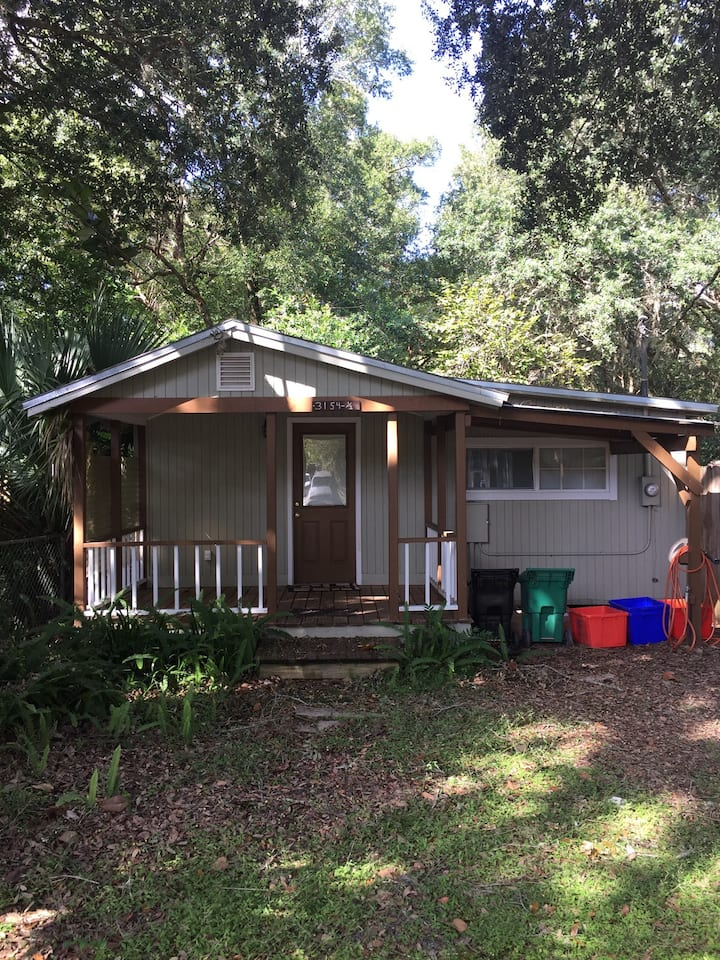 Cute cottage 15 mins from UF
