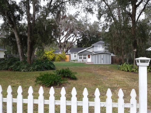 Cozy Mount Dora Cottage