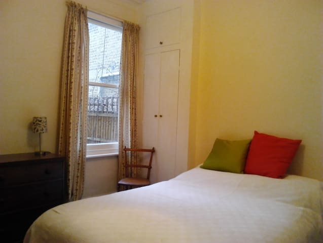 Spacious lovely flat close to tube with garden