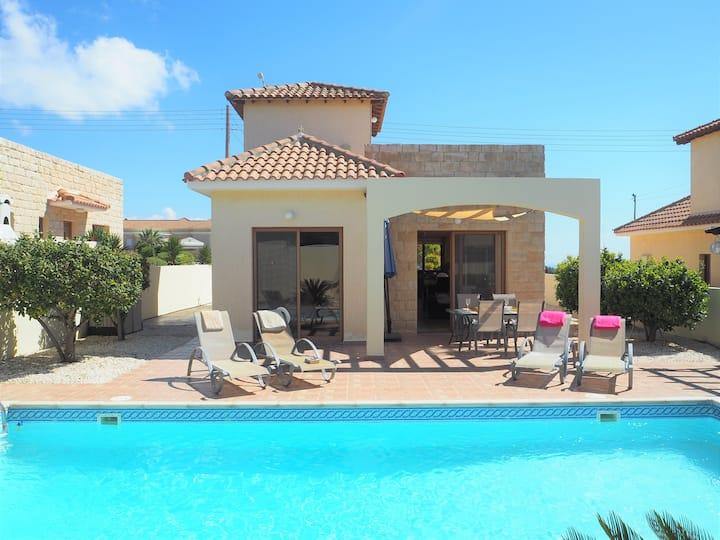 Villa with private pool and lovely sea views