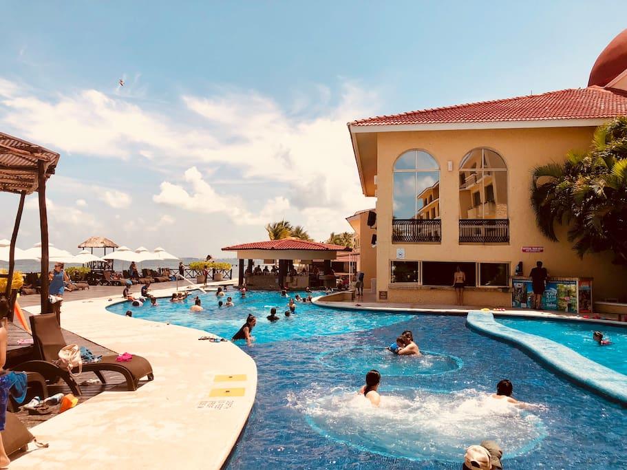 DEPARTAMENTO TIPO LOFT  dentro de Complejo Hotelero ALL RITMO RESORT WATER PARK. Situado sobre Playa Mujeres, preciosa y tranquila playa enfrente de Isla Mujeres.