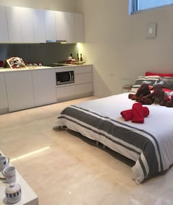 Self Contained, private studio apartment near CBD - Chiswick - Huis
