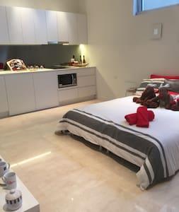 Self Contained, private studio apartment near CBD - Chiswick