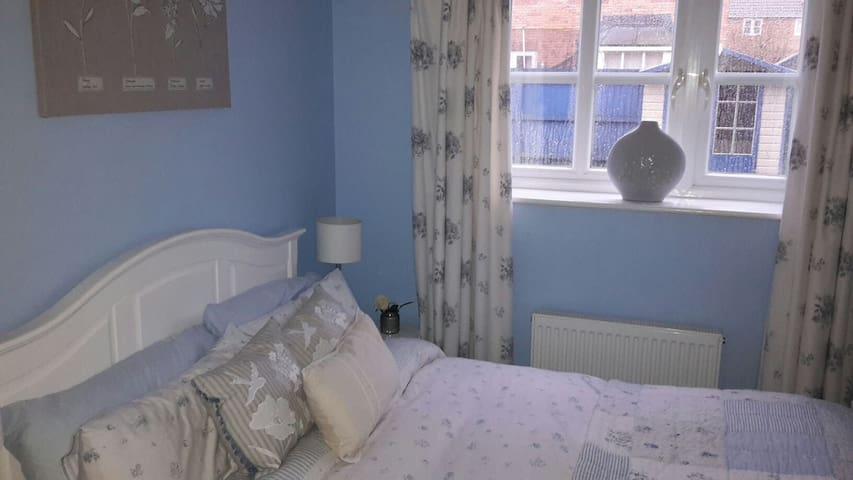 Cosy double - bed room. - Saint Mellons - Casa